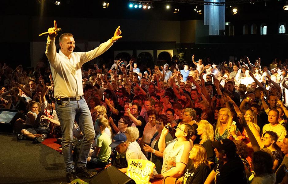 De Fanclubdag van Jannes was een groot succes! Er zijn maar liefst 2000 fans naar deze fanclubdag gekomen. Ben jij er in 2018 ook bij?